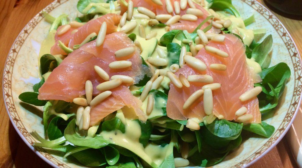 Felsalat mit Räucherlachs und Pinienkernen