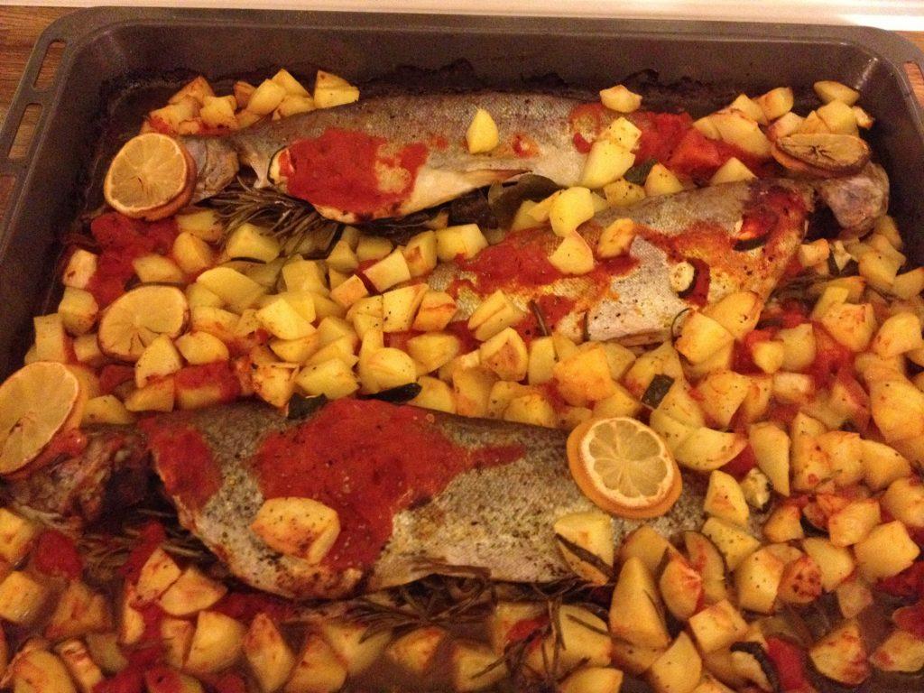 Lachsforelle mit Kartoffeln und Tomatensoße