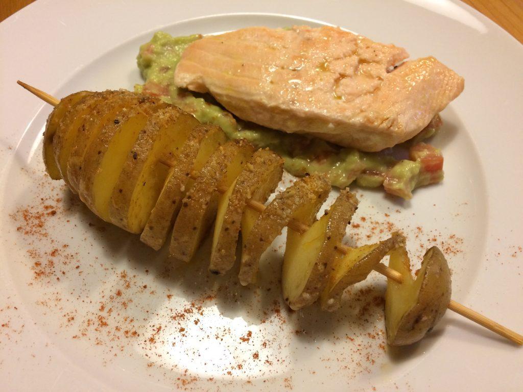 Lachsfilet mit Avocado-Tomatencreme und gebackenen Kartoffeln