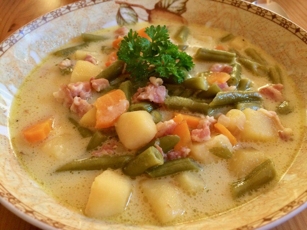 Bohnensuppe mit Speck und Kartoffeln
