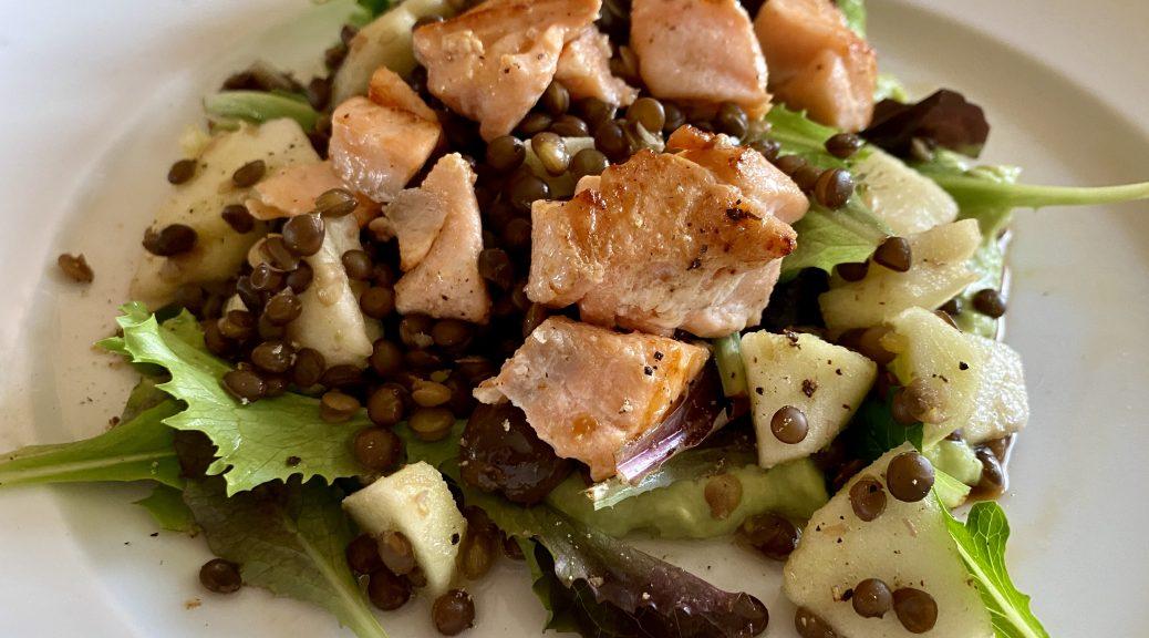 Avocado-Lachs Salat mit Belugalinsen und Apfel
